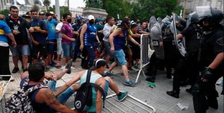 Descontrol total y graves incidentes en Casa Rosada: tuvieron que mover el féretro de Maradona por precaución | El Diario 24