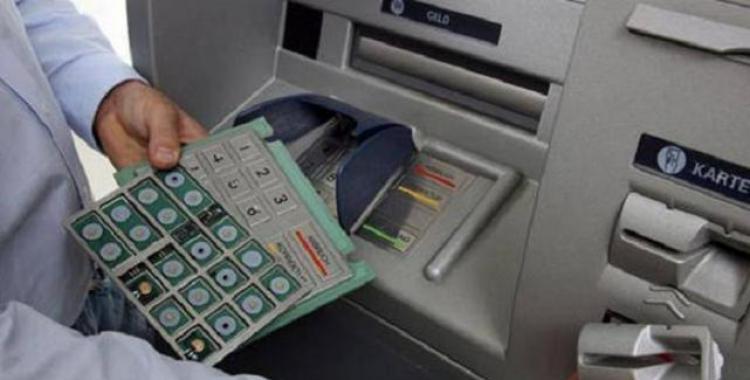Detuvieron a un joven cuando intentaba instalar un dispositivo para clonar tarjetas en un cajero   El Diario 24