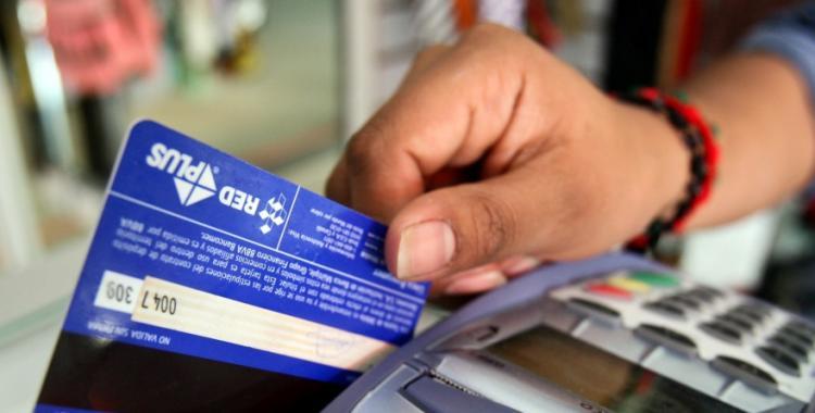 Prorrogan el reintegro del 15% para jubilados y beneficiarios de AUH en compras con tarjetas de débito | El Diario 24