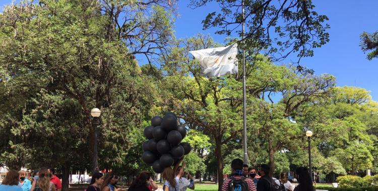 VIDEO Contra el aborto: lanzaron globos y colocaron la bandera de Tribunales a media asta | El Diario 24