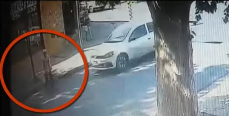 VIDEO: atropelló y mató a una mujer, escapó y volvió al lugar para recuperar el espejo del auto   El Diario 24