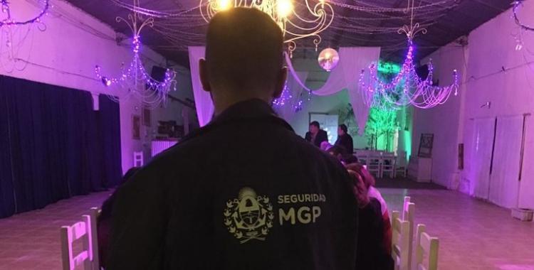 Organizaron una fiesta swinger y confundieron a una policía con un stripper | El Diario 24