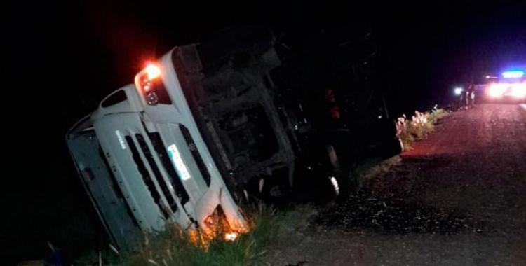 Volcó un camión cargado con cervezas Brahma y pobladores de la zona intentaron saquearlo | El Diario 24