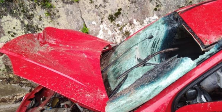 Camino a Tafí del Valle: Una piedra cayó del cerro, destrozó su auto y se salvó de milagro   El Diario 24