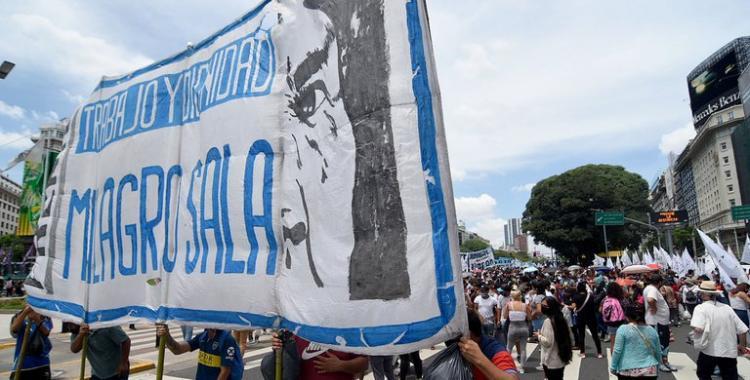 (FOTOS) Arrojaron bolsas de basura en Tribunales en reclamo por la liberación de Milagro Sala | El Diario 24