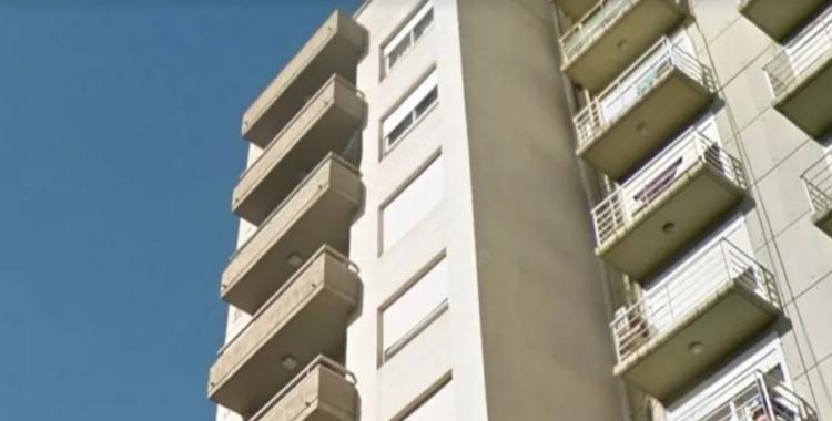 Una mujer cayó desde el balcón de un Séptimo Piso de un edificio y sospechan que un hombre la empujó | El Diario 24