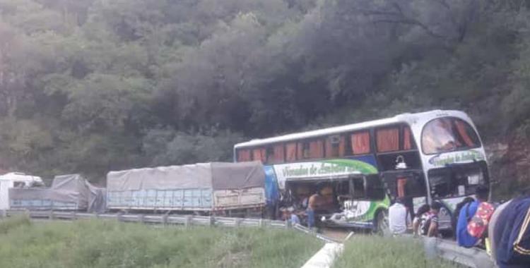Video del momento del brutal choque entre un camión y un micro que transportaba obreros golondrina | El Diario 24
