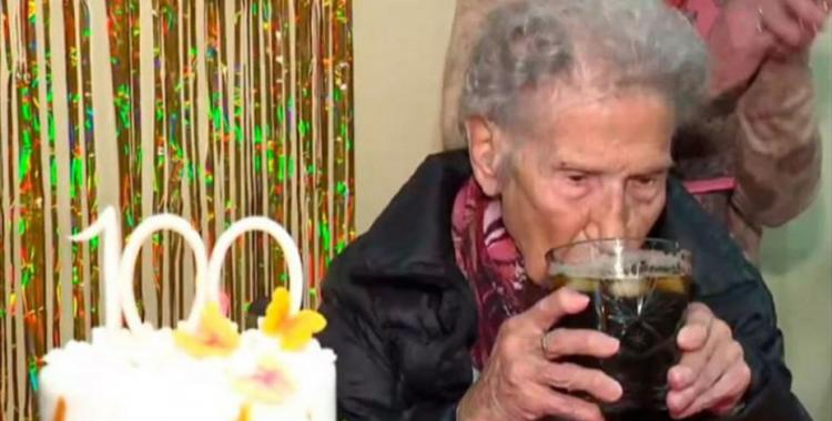 Mirá el particular festejo de una abuela de 100 años después de vacunarse contra el coronavirus | El Diario 24