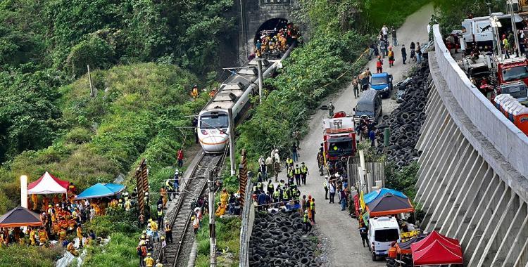 VIDEO Más de medio centenar de muertos en Taiwán al descarrilarse un tren | El Diario 24