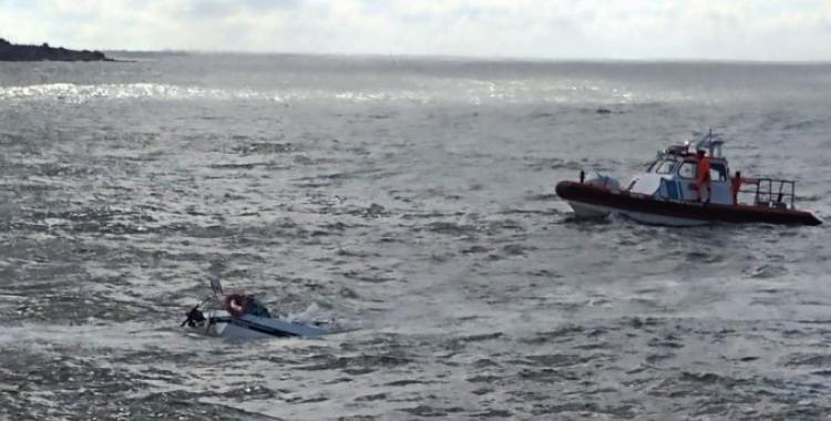 Rescatan a un hombre que cayó al mar tras el hundimiento de su velero | El Diario 24