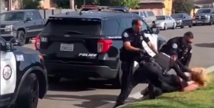 VIDEO: un policía golpeó en la cara a una mujer durante el arresto y sus compañeros debieron pararlo   El Diario 24