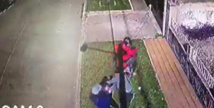 VIDEO Motochorros acribillan a un joven que intentó resistirse a un asalto cuando regresaba a su casa | El Diario 24
