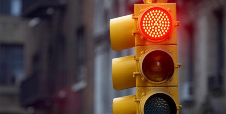 El apuro de la gente que pasa los semáforos en rojo | El Diario 24