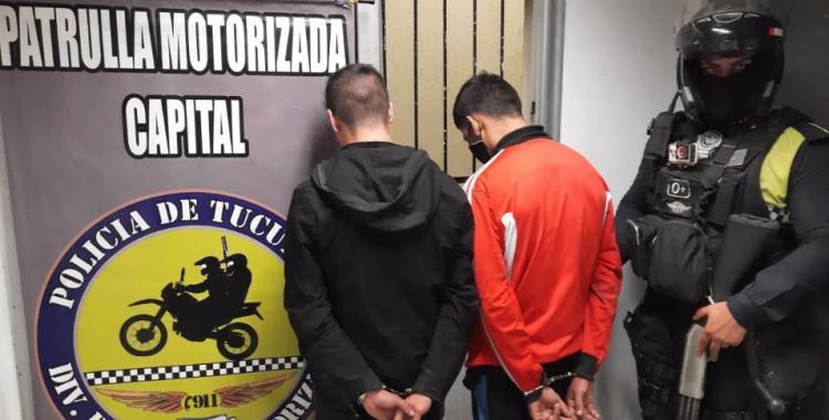 Robo, persecución y captura: rompevidrios fueron atrapados minutos después de atacar un auto | El Diario 24