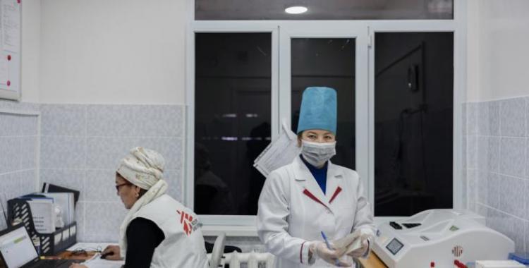 El empleado de una clínica desenchufó una heladera para cargar su celular y echó a perder 1.000 Sputnik V | El Diario 24