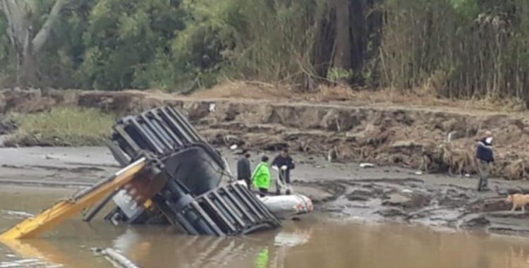 VIDEO: Un intendente compró una costosa excavadora anfibia china y se hundió en el primer día | El Diario 24