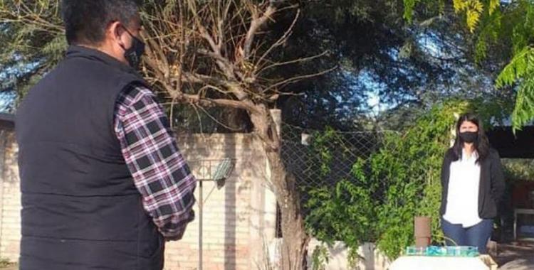La historia de una estudiante que rindió un examen final desde la vereda de su casa   El Diario 24