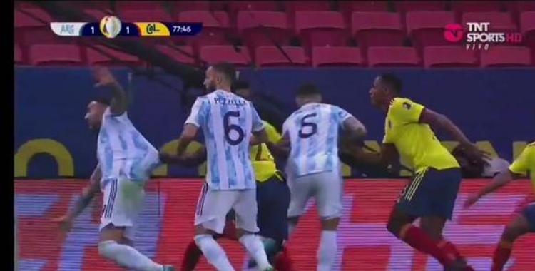 VIDEOS Los audios del VAR en Argentina vs Colombia: ¿Fue penal por agarrón a Nicolás Otamendi? | El Diario 24