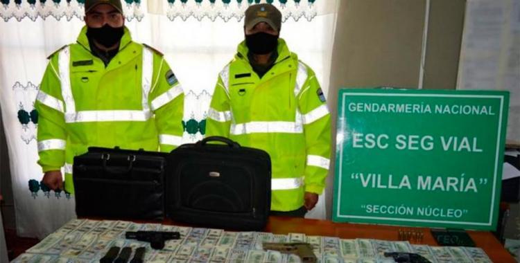 Detienen a padre e hijo cuando fueron sorprendidos transportando U$S 1 millón y armas   El Diario 24