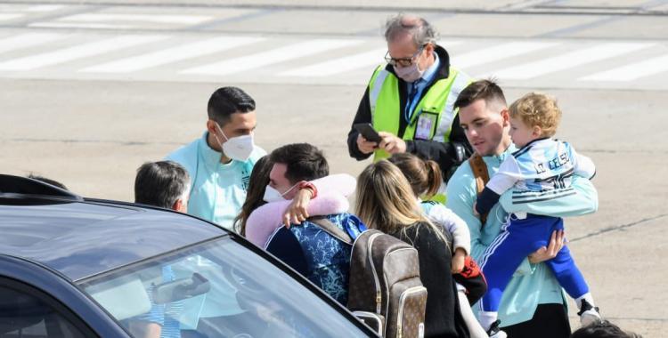 VIDEO: Messi llegó a Rosario y tuvo un emotivo reencuentro con Antonela Roccuzzo y sus hijos   El Diario 24