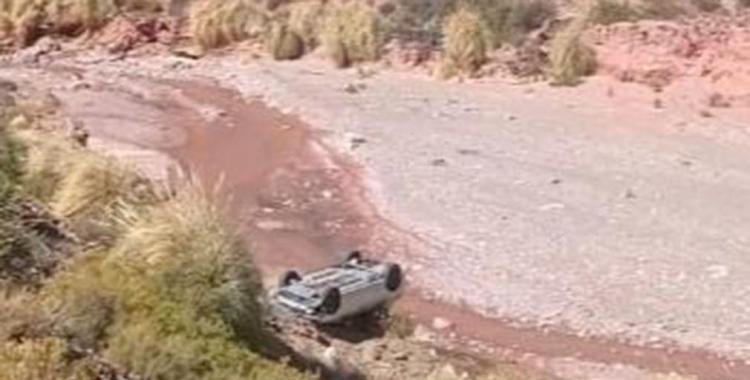 Un remis con cuatro pasajeros volcó y cayó por un barranco de diez metros | El Diario 24