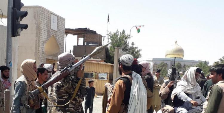 VIDEOS Talibanes tomaron el control de Afganistan, de armamento y de helicópteros y tanques | El Diario 24