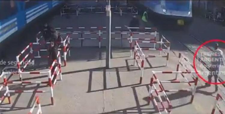 VIDEO El momento en que un hombre es embestido por un tren y se salva de milagro   El Diario 24