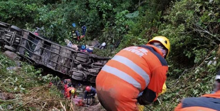 Un colectivo cayó al precipicio por un barranco de 400 metros: Al menos 23 pasajeros murieron   El Diario 24