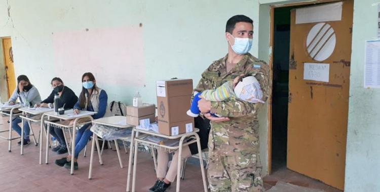 Noble gesto: Un efectivo de la Fuerza Aérea sostuvo en brazos a un bebé para que la mamá pueda votar | El Diario 24