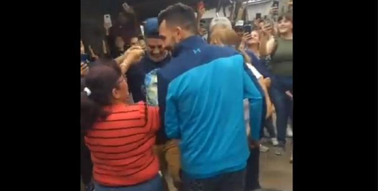 VIDEO Carlos Tevez revolucionó Tucumán: firmó autógrafos y bailó con los fanáticos | El Diario 24