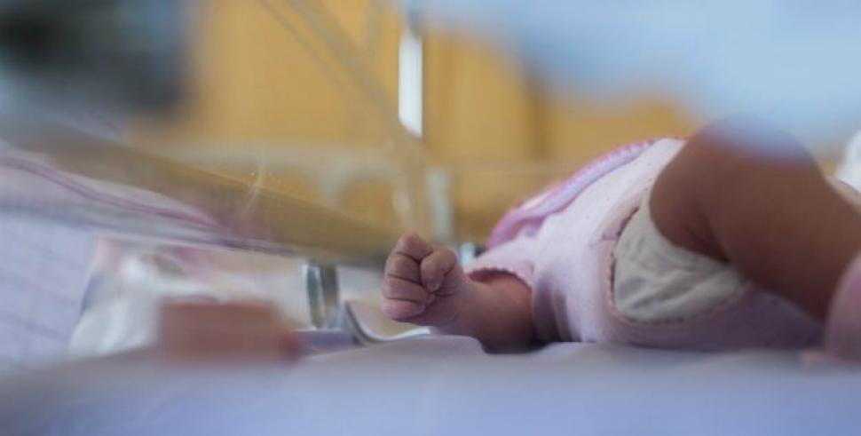 Un chico descubrió una beba viva en una bolsa