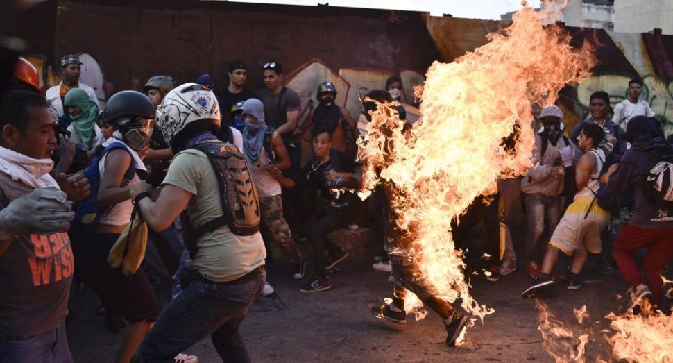 Las protestas contra Maduro se tornan más violentas — Venezuela