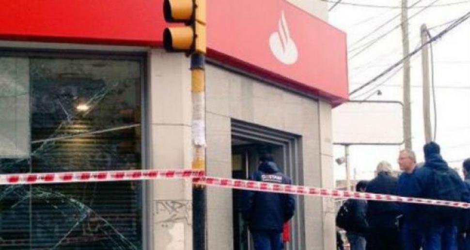 Volaron un cajero y robaron 100 mil pesos el diario 24 for Cajeros automaticos banco santander