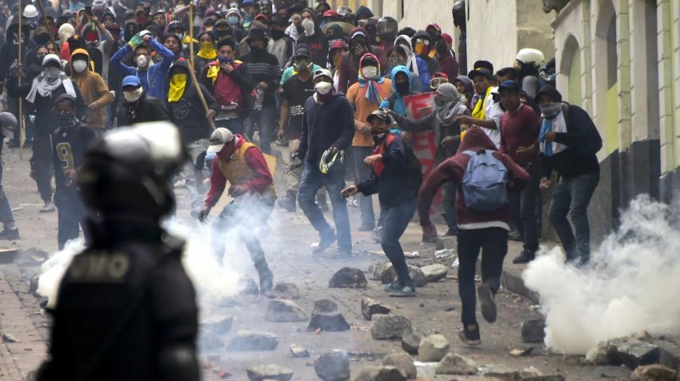 El ejército de Ecuador se enfrenta con la policía para evitar la represión a manifestantes