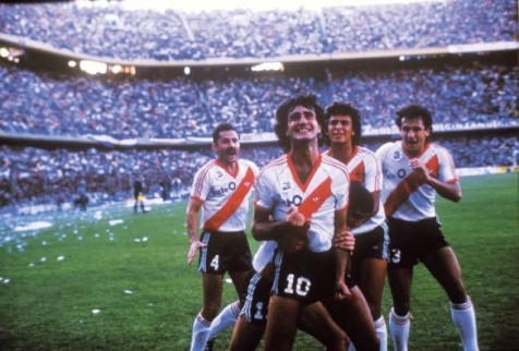"Se cumplen 25 años del gol del ""Beto Alonso con la pelota naranja ..."