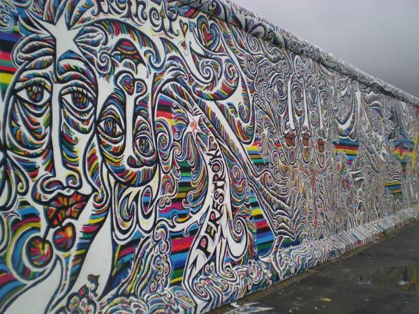 Derriban parte del Muro de Berlín