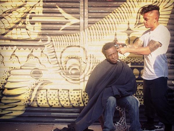 Peluquero corta el pelo gratis a vagabundos