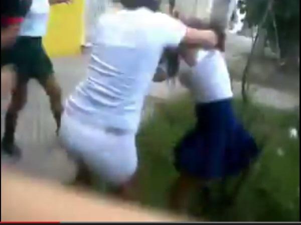 Dos chicas lo arrastran filmado por otra chica